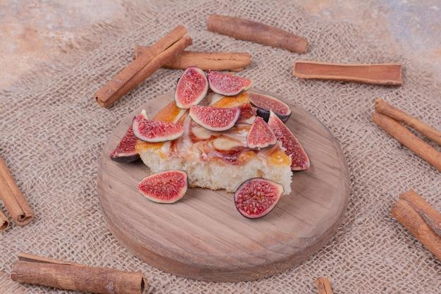 Een taart met vijgen op een houten schotel
