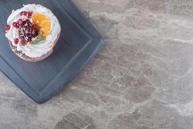Een taart op een marinebord op marmeren ondergrond