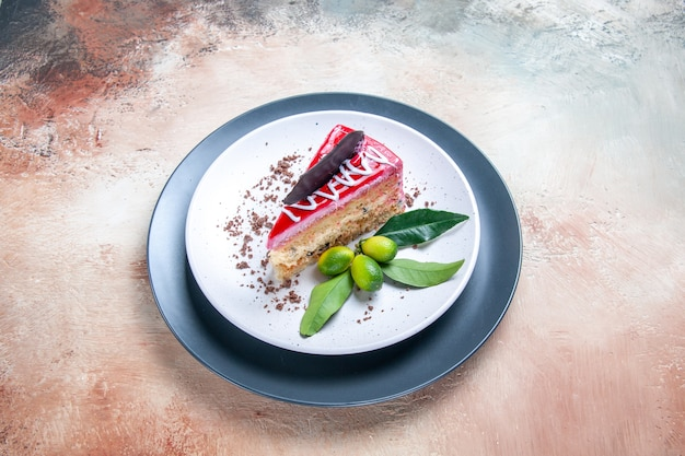 Een taartplaat van de taart met sauzen, chocolade en citrusvruchten