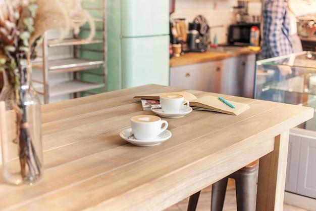 Een tabel voor koffie op het aanrecht in een koffiehuis