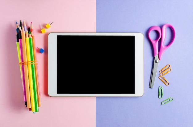Een tablet met een leeg scherm en kantoorbenodigdheden