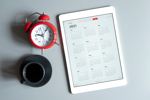 Een tablet met een open kalender voor het jaar 2021