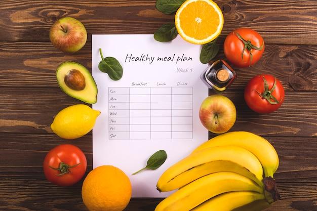 Een tafel met een wekelijks voedingsplan. het concept van gezond eten en afvallen.