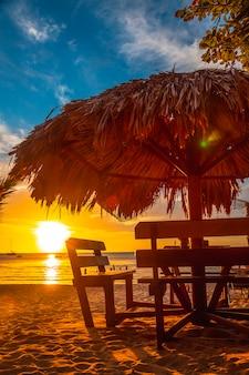 Een tafel op het strand bij zonsondergang op west end beach, roatan island. honduras