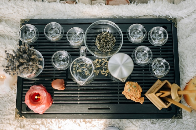 Een tafel voor de theeceremonie daarop staan glaswerk en kaarsen voor de sfeer bovenaanzicht