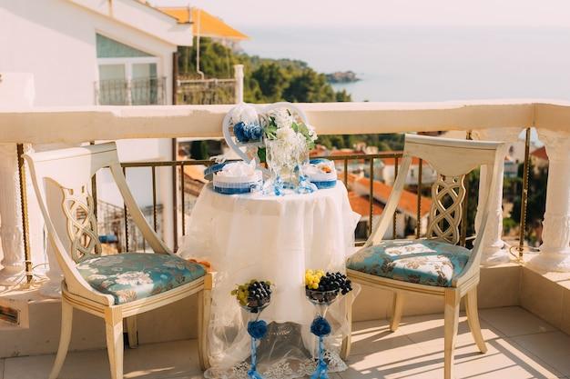 Een tafel voor een huwelijksceremonie in montenegro