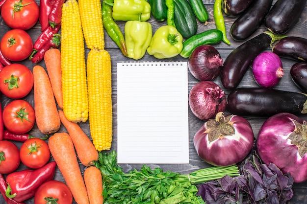 Een tafellijst van vers fruit en groenten gesorteerd op kleur