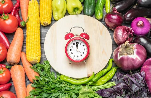 Een tafellijst van verse groenten gesorteerd op kleur