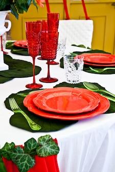 Een tafelopstelling met italiaanse vlagkleuren: groen, wit en rood