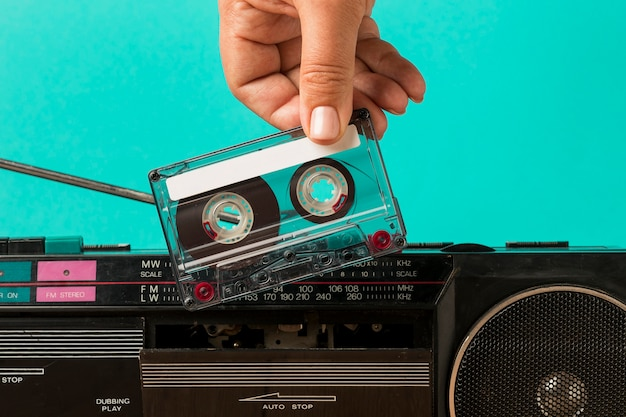 Een tape in de cassette plaatsen
