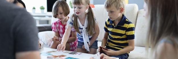 Een team van drie kinderen en een team van drie volwassenen spelen thuis bordspellen.