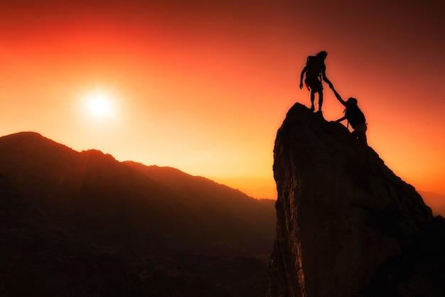 Een team van klimmers helpt de top te beklimmen