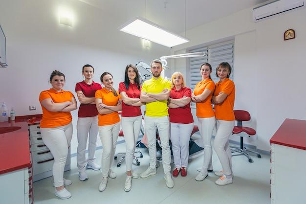 Een team van tandartsen in een tandheelkundige kliniek