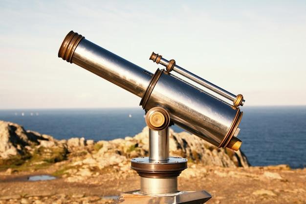 Een telescoop met munten om het panorama te bewonderen