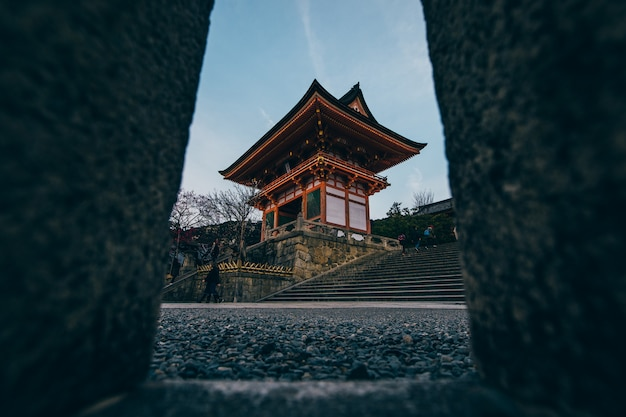 Een tempel in kyoto, de belangrijkste toeristische attractie van de stad.