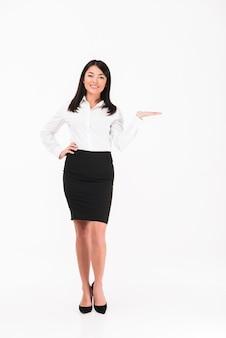 Een tevreden aziatische zakenvrouw