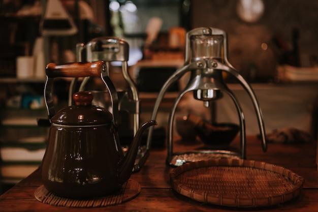 Een theepot rust op een houten tafel