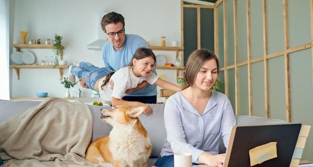 Een thuiswerkende moeder ervaart de stress van thuiswerken op afstand, dochter en vader...