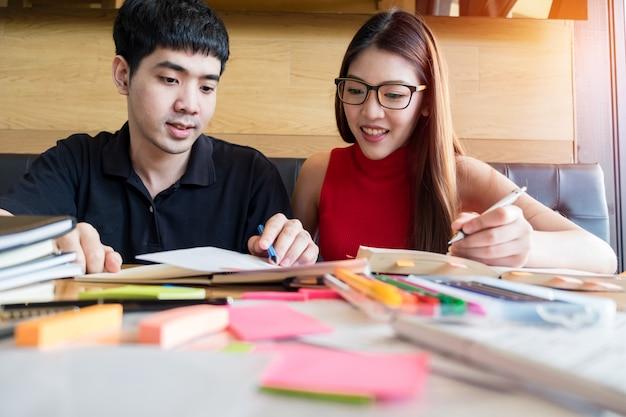 Een tiener en een jongen maken hun huiswerk samen Premium Foto