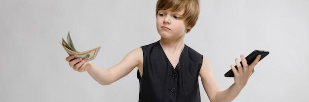 Een tiener houdt een telefoon in zijn ene hand