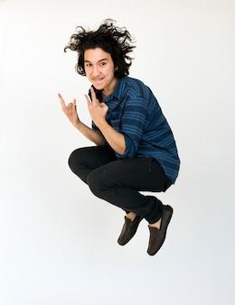 Een tiener man springt