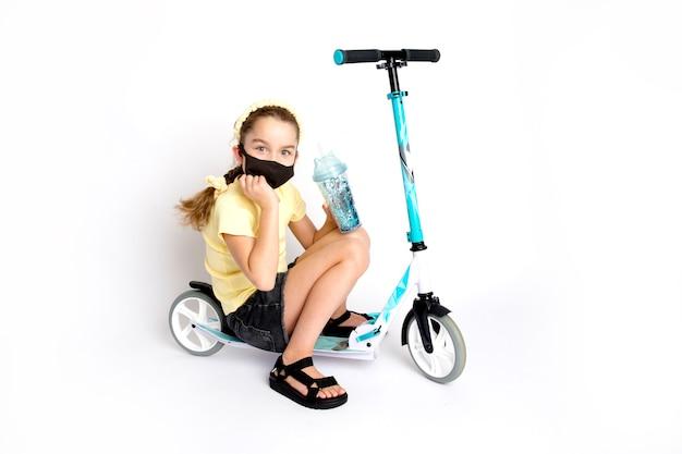 Een tienermeisje met een beschermend zwart kovid-19-masker is actief betrokken bij sport. het concept van het leven tijdens een epidemie. hoge kwaliteit foto