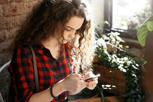 Een tienermeisje met een golvend kapsel poseren