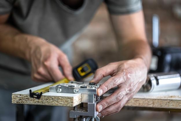 Een timmerman in het proces, een professioneel gereedschap voor precisieboren in hout.