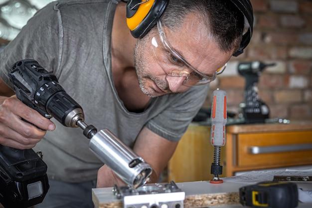 Een timmerman werkt met professioneel houtbewerkingsgereedschap.