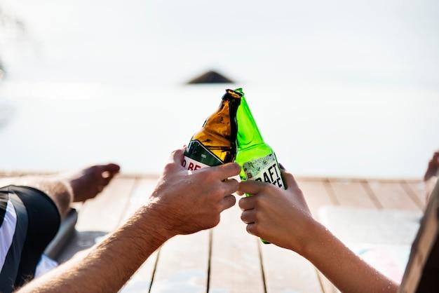Een toast met bierflesjes