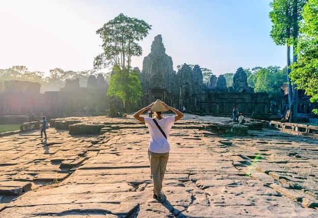 Een toerist die de bayon-tempel bezoekt