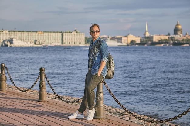 Een toerist loopt door st. petersburg