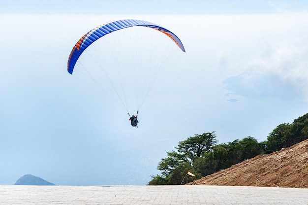 Een toerist met een instructeur vloog van de berg babadag.turkije