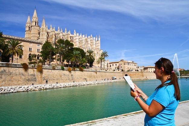 Een toerist voor de kathedraal van mallorca palma in balearen, spanje