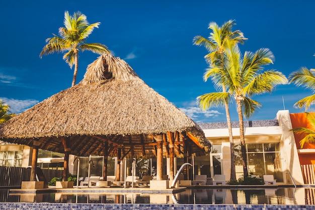 Een toevlucht zwembad bij tropische hotelachtergrond