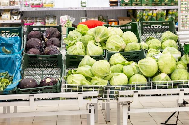 Een toonbank met groene groenten in de winkel