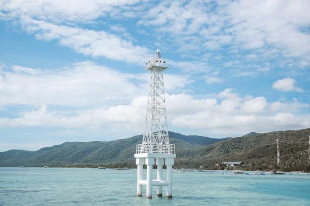 Een toren in het midden van de zee op het eiland karimun jawa