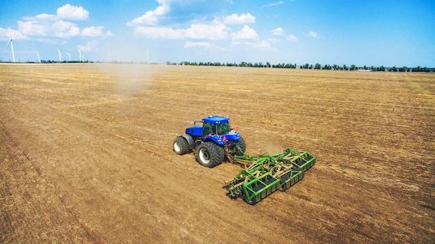 Een tractor ploegen en zaaien in het veld