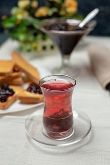 Een traditioneel armudu-glas zwarte thee.