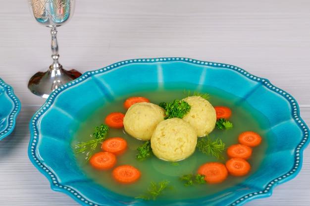 Een traditionele asjkenazische joodse soep met matze ballen, gemaakt van een mengsel van matze