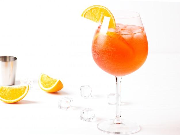 Een traditionele italiaanse alcoholische cocktail aperol spritz