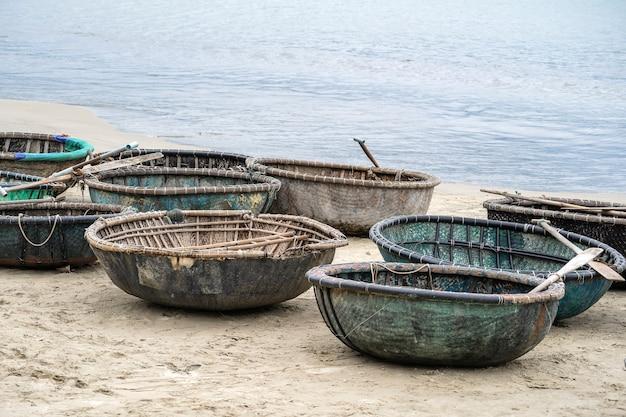 Een traditionele vietnamese boot geplaatst op een strand gelegen in my khe beach