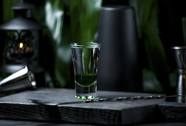 Een transparant en leeg klein glas voor alcoholische dranken