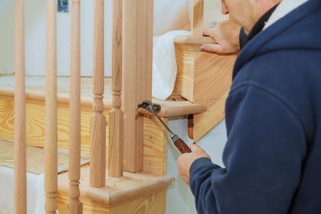 Een traptraliekit installeren installatie voor houten leuning voor trappen