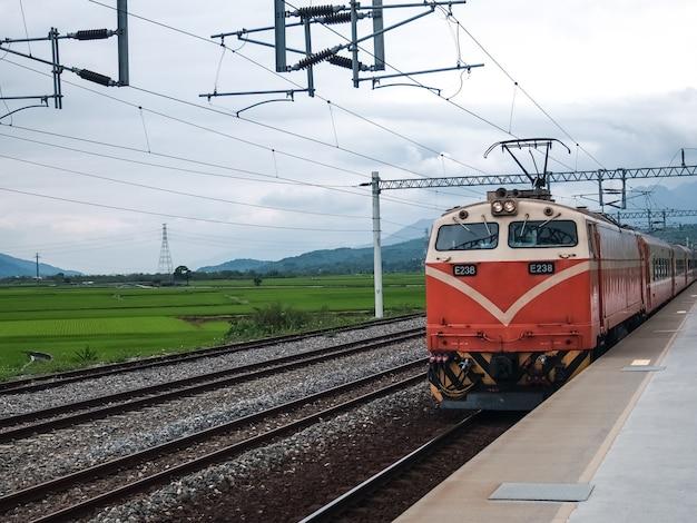 Een trein reed voort, omringd door bergen