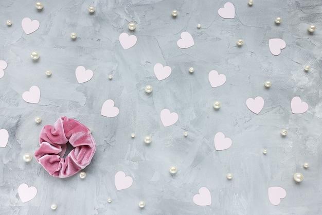 Een trendy fluwelen scrunchie, hartjes en parels