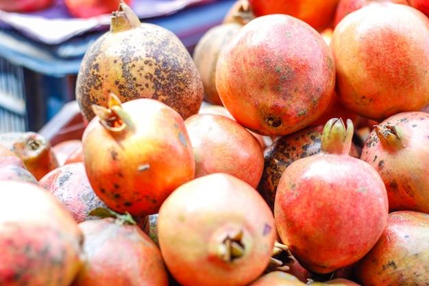 Een tros hele rijpe granaatappels.