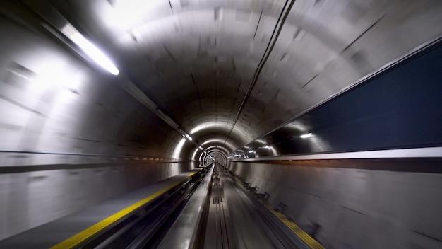 Een tunnel voor treinen op de luchthaven van zürich, snelheid en technologie concept