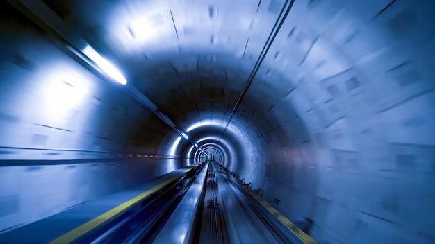 Een tunnel voor treinen op het luchthaven-, snelheids- en technologieconcept van zürich