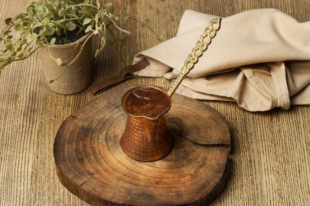 Een turkse koffie op een plak van de boomstam en op een houten tafel